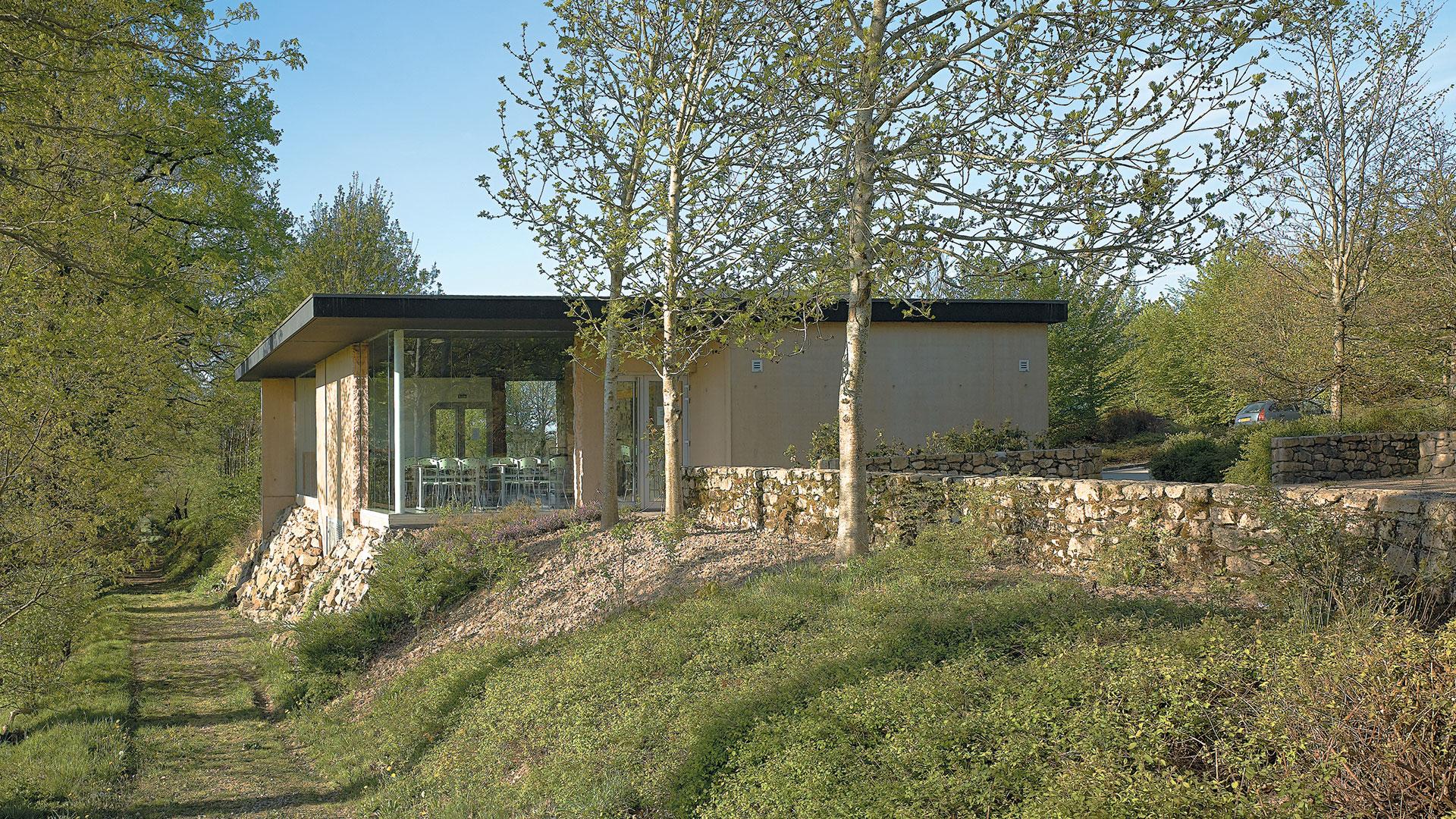 Slider-Batiment-accueil-centre-de-la-memoire-Oradour-sur-Gl
